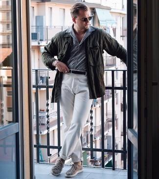 Schwarzen geflochtenen Ledergürtel kombinieren – 167 Herren Outfits: Kombinieren Sie eine dunkelgrüne Leinen Shirtjacke mit einem schwarzen geflochtenen Ledergürtel für einen entspannten Wochenend-Look. Fühlen Sie sich mutig? Komplettieren Sie Ihr Outfit mit beige Segeltuch niedrigen Sneakers.
