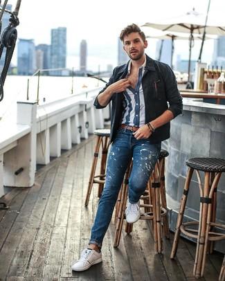 Wie kombinieren: dunkelblaue Shirtjacke, dunkelblaues und weißes vertikal gestreiftes Kurzarmhemd, blaue bedruckte Jeans, weiße niedrige Sneakers