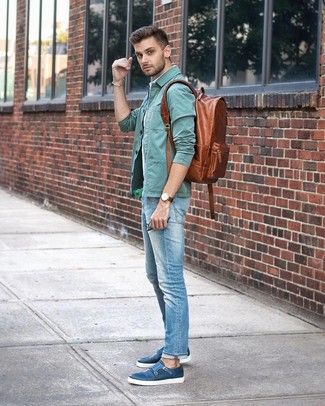 Wie kombinieren: mintgrüne Shirtjacke, hellblaues vertikal gestreiftes Kurzarmhemd, hellblaue Jeans, blaue Doppelmonks aus Leder