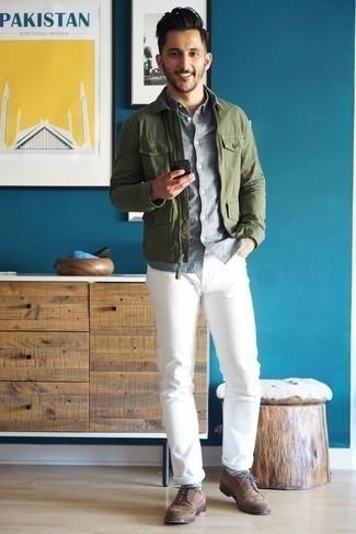 Graues Chambray Kurzarmhemd kombinieren – 11 Herren Outfits: Erwägen Sie das Tragen von einem grauen Chambray Kurzarmhemd und weißen Jeans für einen bequemen Alltags-Look. Vervollständigen Sie Ihr Outfit mit braunen Wildleder Brogues, um Ihr Modebewusstsein zu zeigen.