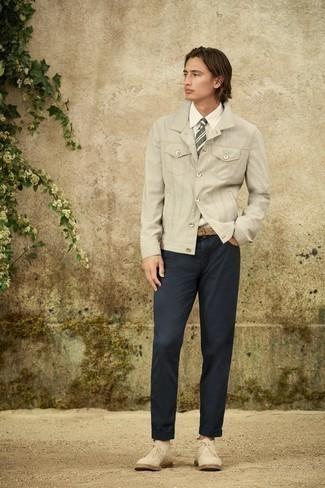 Krawatte kombinieren – 500+ Herren Outfits: Paaren Sie eine graue Shirtjacke mit einer Krawatte für einen stilvollen, eleganten Look. Fühlen Sie sich ideenreich? Vervollständigen Sie Ihr Outfit mit hellbeige Chukka-Stiefeln aus Wildleder.