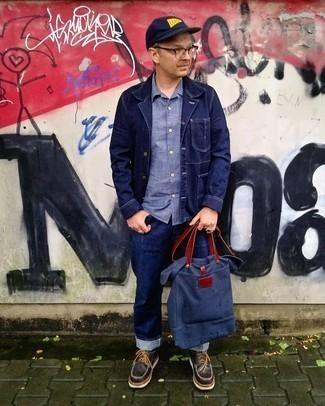 Dunkelblaue Shopper Tasche aus Segeltuch kombinieren – 247 Herren Outfits: Eine dunkelblaue Shirtjacke aus Jeans und eine dunkelblaue Shopper Tasche aus Segeltuch sind das Outfit Ihrer Wahl für faule Tage. Fühlen Sie sich ideenreich? Komplettieren Sie Ihr Outfit mit dunkelbraunen klobigen Leder Derby Schuhen.