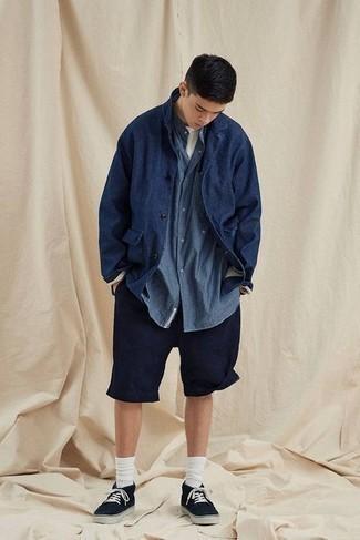 Dunkelblaue Shirtjacke kombinieren – 500+ Herren Outfits: Erwägen Sie das Tragen von einer dunkelblauen Shirtjacke und dunkelblauen Shorts für ein sonntägliches Mittagessen mit Freunden. Suchen Sie nach leichtem Schuhwerk? Vervollständigen Sie Ihr Outfit mit schwarzen Segeltuch niedrigen Sneakers für den Tag.