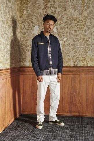 Weiße Chinohose kombinieren – 500+ Herren Outfits: Kombinieren Sie eine dunkelblaue Shirtjacke mit einer weißen Chinohose, wenn Sie einen gepflegten und stylischen Look wollen. Olivgrüne Segeltuch niedrige Sneakers liefern einen wunderschönen Kontrast zu dem Rest des Looks.