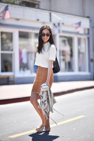 Wie kombinieren: weiße Shirtjacke, weißer Kurzarmpullover, beige Bleistiftrock, graue flache Sandalen aus Wildleder