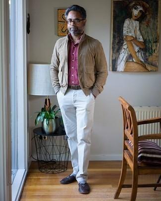 Weiße Anzughose kombinieren – 362 Herren Outfits: Kombinieren Sie eine beige Shirtjacke aus Wildleder mit einer weißen Anzughose für eine klassischen und verfeinerte Silhouette. Dunkelbraune Leder Slipper sind eine ideale Wahl, um dieses Outfit zu vervollständigen.