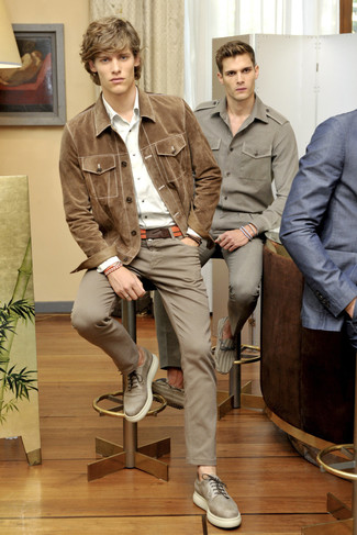 Wie kombinieren: beige Wildledershirtjacke, weißes Langarmhemd, braune Chinohose, hellbeige Leder Derby Schuhe