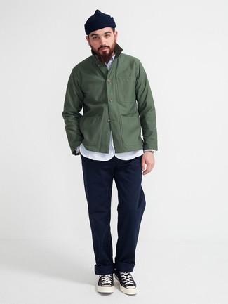 Dunkelgrüne Shirtjacke kombinieren: trends 2020: Tragen Sie eine dunkelgrüne Shirtjacke und eine dunkelblaue Chinohose für einen für die Arbeit geeigneten Look. Suchen Sie nach leichtem Schuhwerk? Ergänzen Sie Ihr Outfit mit schwarzen und weißen hohen Sneakers aus Segeltuch für den Tag.