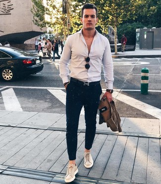Wie kombinieren: braune Shirtjacke, weißes Langarmhemd, dunkelblaue Chinohose, hellbeige Leder niedrige Sneakers