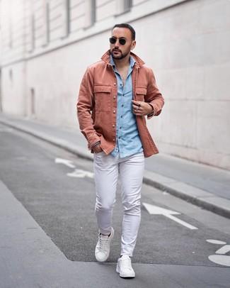 Wie kombinieren: rosa Shirtjacke, hellblaues Chambray Langarmhemd, weiße Chinohose, weiße Leder niedrige Sneakers