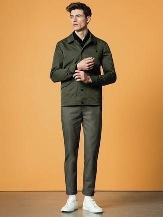 Schwarzes Langarmhemd kombinieren: trends 2020: Erwägen Sie das Tragen von einem schwarzen Langarmhemd und einer dunkelgrünen Chinohose für ein bequemes Outfit, das außerdem gut zusammen passt. Warum kombinieren Sie Ihr Outfit für einen legereren Auftritt nicht mal mit weißen Leder niedrigen Sneakers?