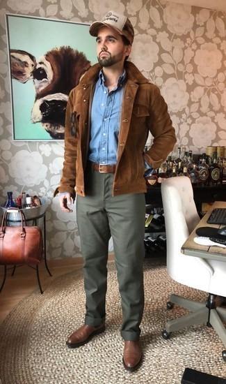 Olivgrüne Chinohose kombinieren: trends 2020: Paaren Sie eine braune Shirtjacke aus Wildleder mit einer olivgrünen Chinohose für Ihren Bürojob. Fühlen Sie sich mutig? Ergänzen Sie Ihr Outfit mit braunen Chelsea Boots aus Leder.