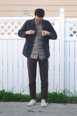 Rotbraune Socken kombinieren – 312 Herren Outfits: Für ein bequemes Couch-Outfit, kombinieren Sie eine dunkelblaue Shirtjacke mit rotbraunen Socken. Weiße Segeltuch niedrige Sneakers bringen klassische Ästhetik zum Ensemble.