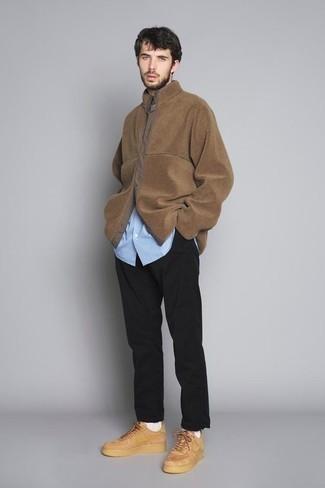 Hellblaues vertikal gestreiftes Langarmhemd kombinieren – 156 Herren Outfits: Vereinigen Sie ein hellblaues vertikal gestreiftes Langarmhemd mit einer schwarzen Chinohose, um einen lockeren, aber dennoch stylischen Look zu erhalten. Beige Leder niedrige Sneakers sind eine kluge Wahl, um dieses Outfit zu vervollständigen.