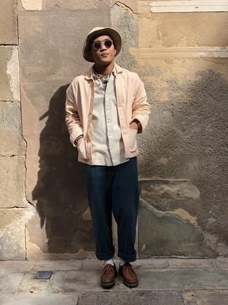 Schwarze Sonnenbrille kombinieren – 500+ Herren Outfits: Für ein bequemes Couch-Outfit, tragen Sie eine rosa Shirtjacke und eine schwarze Sonnenbrille. Fühlen Sie sich mutig? Komplettieren Sie Ihr Outfit mit braunen Chukka-Stiefeln aus Leder.