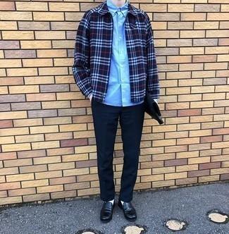 Dunkelblaue Chinohose kombinieren – 500+ Herren Outfits: Kombinieren Sie eine dunkelblaue Shirtjacke mit Schottenmuster mit einer dunkelblauen Chinohose, um einen lockeren, aber dennoch stylischen Look zu erhalten. Schwarze Leder Slipper bringen Eleganz zu einem ansonsten schlichten Look.