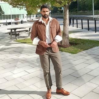 Braune Shirtjacke aus Cord kombinieren – 19 Herren Outfits: Entscheiden Sie sich für eine braune Shirtjacke aus Cord und eine olivgrüne Chinohose für Ihren Bürojob. Machen Sie Ihr Outfit mit rotbraunen Leder Brogues eleganter.