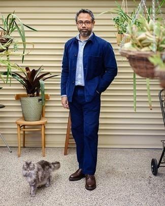 Dunkelblaue Chinohose kombinieren – 500+ Herren Outfits: Tragen Sie eine dunkelblaue Shirtjacke und eine dunkelblaue Chinohose für Ihren Bürojob. Dunkelbraune Leder Derby Schuhe sind eine einfache Möglichkeit, Ihren Look aufzuwerten.