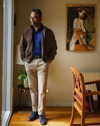 Herren Outfits 2020: Erwägen Sie das Tragen von einer dunkelbraunen Shirtjacke aus Wildleder und einer hellbeige Chinohose für Ihren Bürojob. Suchen Sie nach leichtem Schuhwerk? Vervollständigen Sie Ihr Outfit mit dunkelblauen Segeltuch niedrigen Sneakers für den Tag.