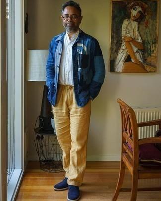 Blaue Shirtjacke aus Jeans kombinieren – 48 Herren Outfits: Kombinieren Sie eine blaue Shirtjacke aus Jeans mit einer beige Leinen Chinohose für einen für die Arbeit geeigneten Look. Dunkelblaue Chukka-Stiefel aus Wildleder sind eine perfekte Wahl, um dieses Outfit zu vervollständigen.
