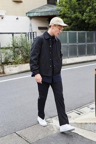 Teenager: Smart-Casual Outfits Herren 2021: Kombinieren Sie eine schwarze Shirtjacke mit einer schwarzen Chinohose für Drinks nach der Arbeit. Suchen Sie nach leichtem Schuhwerk? Wählen Sie weißen Segeltuch niedrige Sneakers für den Tag.