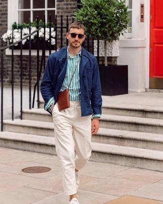 Dunkelblaue Shirtjacke kombinieren – 500+ Herren Outfits: Kombinieren Sie eine dunkelblaue Shirtjacke mit einer weißen Chinohose für einen für die Arbeit geeigneten Look. Fühlen Sie sich mutig? Komplettieren Sie Ihr Outfit mit weißen Segeltuch niedrigen Sneakers.