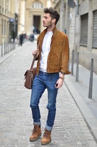 Wie kombinieren: braune Shirtjacke aus Wildleder, weißes Langarmhemd, blaue enge Jeans, braune Lederfreizeitstiefel