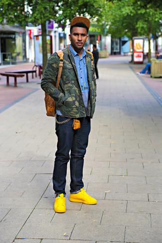 Wie kombinieren: olivgrüne Camouflage Shirtjacke, blaues Langarmhemd, dunkelblaue Jeans, gelbe Leder niedrige Sneakers