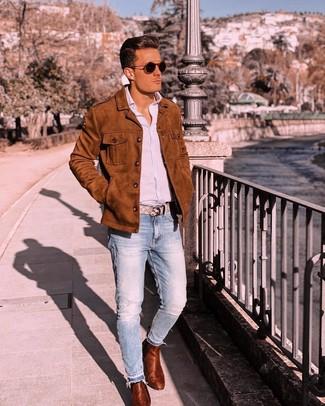 Wie kombinieren: rotbraune Shirtjacke aus Wildleder, hellblaues vertikal gestreiftes Langarmhemd, hellblaue Jeans, rotbraune Chelsea-Stiefel aus Leder
