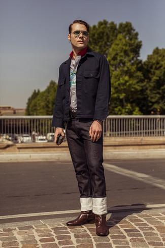 Wie kombinieren: dunkelblaue Shirtjacke, weißes und dunkelblaues vertikal gestreiftes Langarmhemd, schwarze Jeans, dunkelbraune Cowboystiefel aus Leder