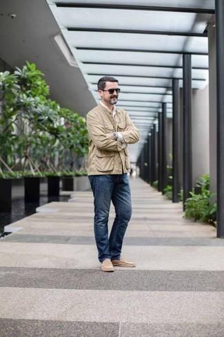 Hellbeige Wildleder Slipper kombinieren: trends 2020: Erwägen Sie das Tragen von einer hellbeige Shirtjacke und dunkelblauen Jeans für einen bequemen Alltags-Look. Fühlen Sie sich mutig? Entscheiden Sie sich für hellbeige Wildleder Slipper.