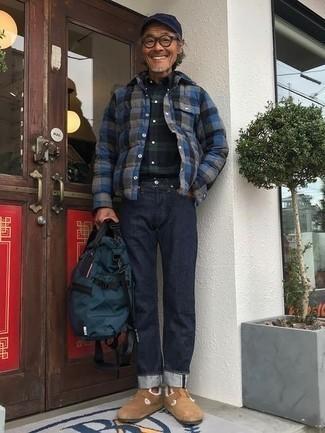 50 Jährige: Dunkelblaues und grünes Langarmhemd mit Schottenmuster kombinieren – 8 Herren Outfits: Paaren Sie ein dunkelblaues und grünes Langarmhemd mit Schottenmuster mit dunkelblauen Jeans für ein großartiges Wochenend-Outfit. Machen Sie Ihr Outfit mit beige Wildleder Slippern eleganter.