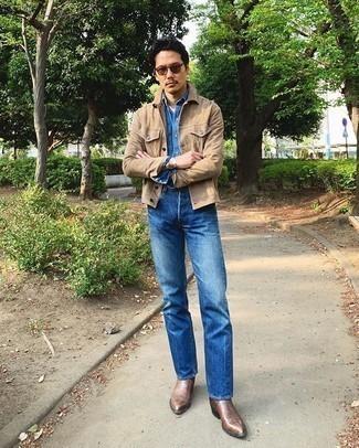 Braune Chelsea Boots aus Leder kombinieren – 313 Herren Outfits: Kombinieren Sie eine beige Shirtjacke aus Wildleder mit blauen Jeans für ein großartiges Wochenend-Outfit. Wählen Sie braunen Chelsea Boots aus Leder, um Ihr Modebewusstsein zu zeigen.