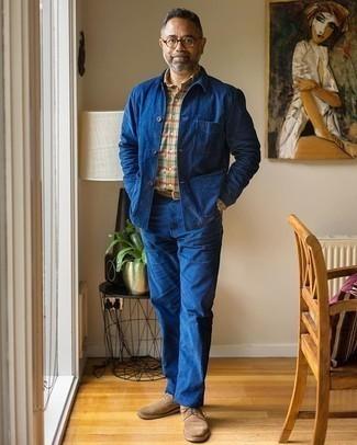 Herren Outfits 2020: Kombinieren Sie eine blaue Shirtjacke mit blauen Jeans für einen bequemen Alltags-Look. Beige Wildleder Derby Schuhe putzen umgehend selbst den bequemsten Look heraus.