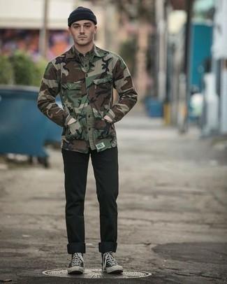 Wie olivgrüne Camouflage Shirtjacke mit schwarzer Turnschuhe zu kombinieren – 11 Casual Herren Outfits: Kombinieren Sie eine olivgrüne Camouflage Shirtjacke mit schwarzen Jeans für ein sonntägliches Mittagessen mit Freunden. Wenn Sie nicht durch und durch formal auftreten möchten, komplettieren Sie Ihr Outfit mit schwarzen Turnschuhen.