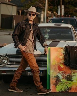 30 Jährige: Smart-Casual Outfits Herren 2020: Kombinieren Sie eine schwarze Shirtjacke aus Jeans mit rotbraunen Jeans für ein Alltagsoutfit, das Charakter und Persönlichkeit ausstrahlt. Eine dunkelbraune Lederfreizeitstiefel sind eine gute Wahl, um dieses Outfit zu vervollständigen.