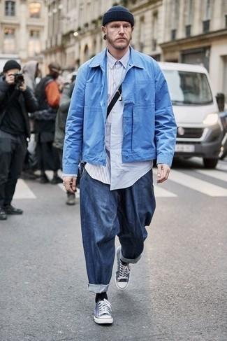 Mütze kombinieren – 1200+ Herren Outfits: Für ein bequemes Couch-Outfit, tragen Sie eine hellblaue Shirtjacke und eine Mütze. Vervollständigen Sie Ihr Outfit mit dunkelblauen und weißen Segeltuch niedrigen Sneakers, um Ihr Modebewusstsein zu zeigen.