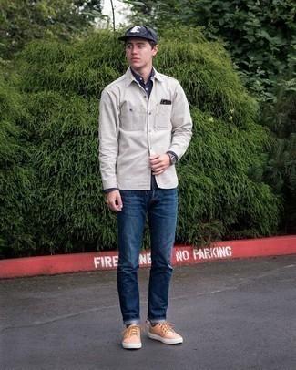 Graue Shirtjacke kombinieren – 243 Herren Outfits: Kombinieren Sie eine graue Shirtjacke mit dunkelblauen Jeans für ein großartiges Wochenend-Outfit. Wenn Sie nicht durch und durch formal auftreten möchten, komplettieren Sie Ihr Outfit mit beige Leder niedrigen Sneakers.