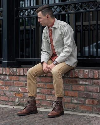 Graue Shirtjacke kombinieren – 243 Herren Outfits: Entscheiden Sie sich für eine graue Shirtjacke und beige Jeans, um einen lockeren, aber dennoch stylischen Look zu erhalten. Eine dunkelbraune Lederfreizeitstiefel sind eine großartige Wahl, um dieses Outfit zu vervollständigen.