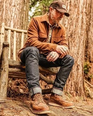Herren Outfits 2021: Vereinigen Sie eine rotbraune Flanell Shirtjacke mit dunkelgrauen Jeans für einen bequemen Alltags-Look. Eine braune Lederfreizeitstiefel sind eine ideale Wahl, um dieses Outfit zu vervollständigen.