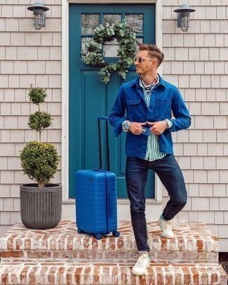 Weiße und grüne Leder niedrige Sneakers kombinieren – 108 Herren Outfits: Kombinieren Sie eine dunkelblaue Shirtjacke mit dunkelblauen Jeans, um mühelos alles zu meistern, was auch immer der Tag bringen mag. Weiße und grüne Leder niedrige Sneakers liefern einen wunderschönen Kontrast zu dem Rest des Looks.