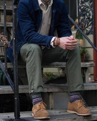 Dunkelblaue Shirtjacke kombinieren – 500+ Herren Outfits: Tragen Sie eine dunkelblaue Shirtjacke und eine olivgrüne Chinohose für Drinks nach der Arbeit. Fühlen Sie sich mutig? Entscheiden Sie sich für braunen Wildleder Derby Schuhe.