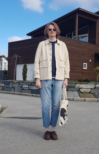 Hellbeige Langarmhemd kombinieren – 434 Herren Outfits: Entscheiden Sie sich für ein hellbeige Langarmhemd und hellblauen Jeans, um mühelos alles zu meistern, was auch immer der Tag bringen mag. Dunkelbraune Chukka-Stiefel aus Leder fügen sich nahtlos in einer Vielzahl von Outfits ein.