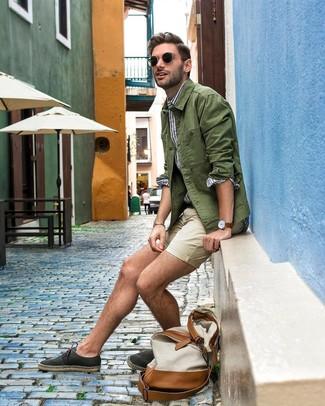 Wie kombinieren: olivgrüne Shirtjacke, weißes und blaues vertikal gestreiftes Langarmhemd, hellbeige Shorts, schwarze Segeltuch Espadrilles