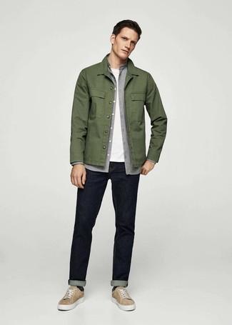 Wie kombinieren: olivgrüne Shirtjacke, graues Flanell Langarmhemd, weißes T-Shirt mit einem Rundhalsausschnitt, dunkelblaue Jeans