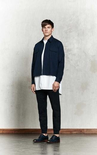 Dunkelblaue Shirtjacke kombinieren: Tragen Sie eine dunkelblaue Shirtjacke und eine schwarze Jogginghose für ein bequemes Outfit, das außerdem gut zusammen passt. Fühlen Sie sich mutig? Wählen Sie dunkelblauen Leder Oxford Schuhe.