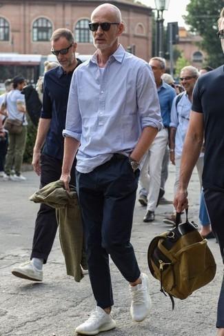 50 Jährige: Hellblaues vertikal gestreiftes Langarmhemd kombinieren – 16 Herren Outfits: Kombinieren Sie ein hellblaues vertikal gestreiftes Langarmhemd mit einer dunkelblauen Chinohose für ein Alltagsoutfit, das Charakter und Persönlichkeit ausstrahlt. Bringen Sie die Dinge durcheinander, indem Sie weißen Sportschuhe mit diesem Outfit tragen.