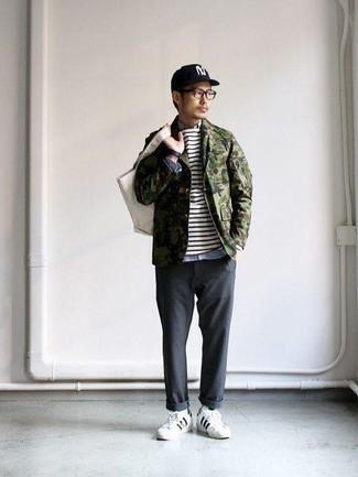Weiße und schwarze Leder niedrige Sneakers kombinieren: trends 2020: Tragen Sie eine olivgrüne Camouflage Shirtjacke und eine dunkelgraue Chinohose, um mühelos alles zu meistern, was auch immer der Tag bringen mag. Weiße und schwarze Leder niedrige Sneakers leihen Originalität zu einem klassischen Look.