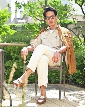 Rotbraune Shirtjacke kombinieren – 182 Herren Outfits: Kombinieren Sie eine rotbraune Shirtjacke mit einer weißen Chinohose, wenn Sie einen gepflegten und stylischen Look wollen. Entscheiden Sie sich für braunen Leder Slipper, um Ihr Modebewusstsein zu zeigen.