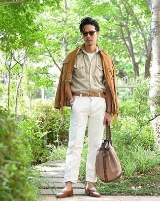 Rotbraune Shirtjacke kombinieren – 182 Herren Outfits: Kombinieren Sie eine rotbraune Shirtjacke mit einer weißen Chinohose, um einen eleganten, aber nicht zu festlichen Look zu kreieren. Fühlen Sie sich ideenreich? Komplettieren Sie Ihr Outfit mit braunen Leder Slippern.
